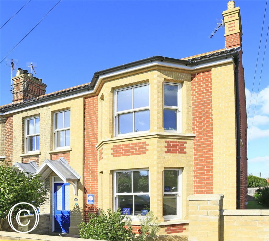 This modern semi-detached holiday home is close to both the shops and the beach.