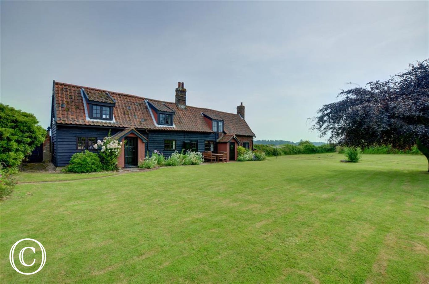 Eelsfoot cottage is a pretty cottage located in the village of Hemley close to Ipswich and close to the river Deben.