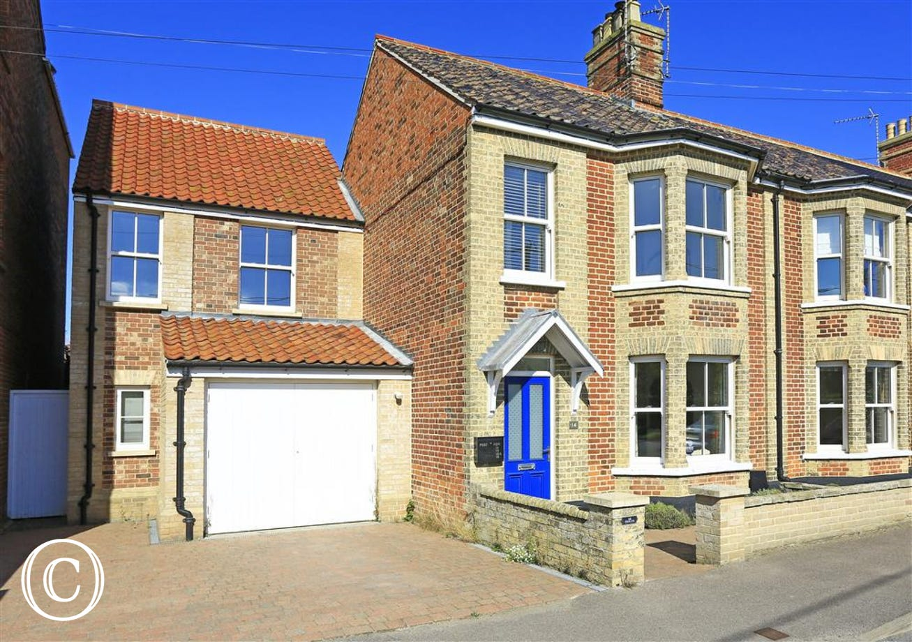 Northfield House is conveniently situated for the high street and beach and been renovated to a high standard.