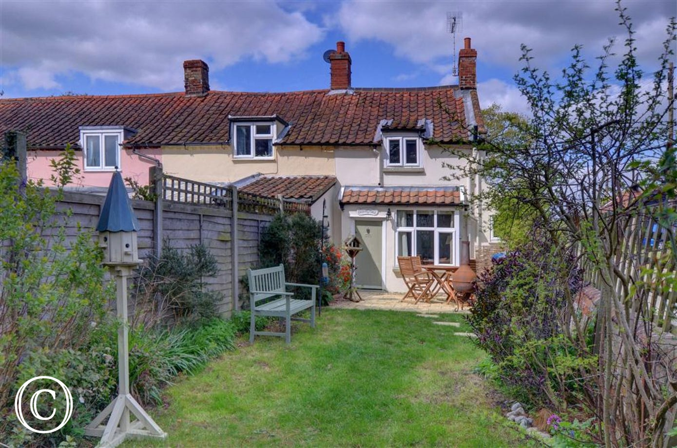 This pretty cottage in charming surrounds is based in Westleton and sleeps 3 people.