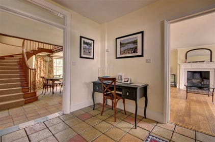 This spacious entrance hall with tiled floor is the ideal spot for you coats and shoes.