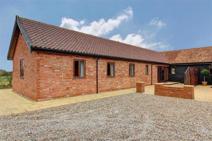 This beautiful barn boasts sleeping for 4 all on one level in the village of Darsham.